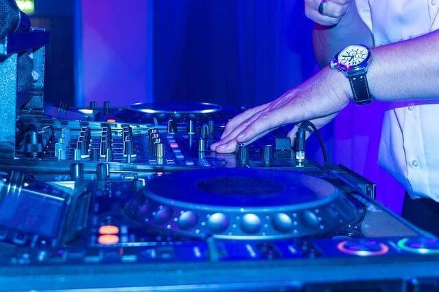 dj turntable-scratching-music